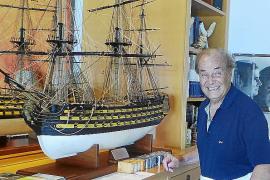 Antonio García, gran aficionado a la mar, colecciona maquetas de barcos.