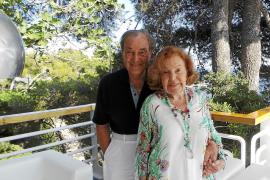 Antonio García y su mujer, Ana Obregón, nos recibieron en su casa 'El Manantial', en la Costa dels Pins en la que veranean desde