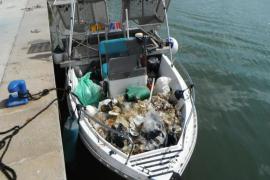 Las barcas de limpieza del Govern retiraron 14,4 toneladas de basura del mar durante julio