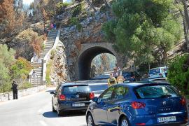 La carretera de Andratx a Estellencs se llena de visitantes para ver el paisaje tras el incendio