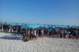 Un mosaico de 500 personas sobre la playa de sa Ràpita clama por la protección del entorno