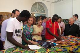 La Reina visita los talleres y las actividades de Cáritas en Palma