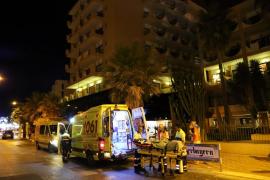 Un joven  herido muy grave tras precipitarse  desde un cuarto piso de un hotel del Arenal