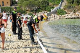 Una mancha de aceite y fuel obliga a desalojar la playa de Cala Marçal