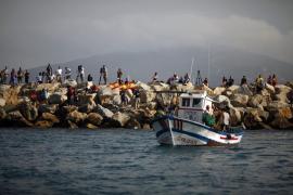 Medio centenar de pesqueros protestan en el mar contra Gibraltar