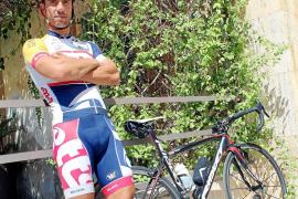 El ciclista profesional mallorquín Vicenç Reynés (Lotto Belisol) posa para este diario junto a su bicicleta antes de un entrenam