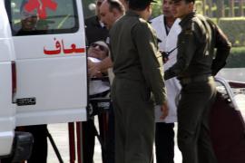 Mubarak sale de prisión y cumplirá su arresto domiciliario en un hospital militar