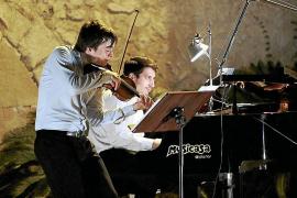 Una velada musical de violín y piano abarrota el patio de Raixa