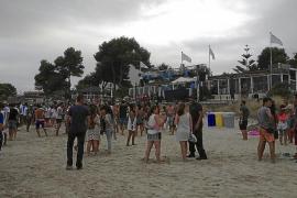 Una macrofiesta en la playa de Muro provoca malestar entre vecinos y políticos