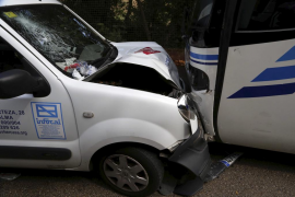 Un herido grave al chocar de frente una furgoneta y un bus en Puigpunyent