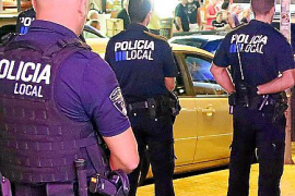 Un centenar de vendedores ambulantes ilegales se enfrentan a la policía en la Platja de Palma