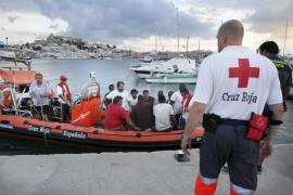 Doce marineros de un pesquero sobreviven al incendio de su barco en aguas de Formentera
