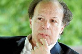 Javier Marías asegura que se es más salvaje «escribiendo una novela que en la prensa»