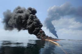 BP instala un gran contenedor para sellar las fugas de crudo en el Golfo de México