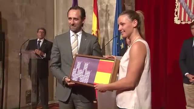 La nadadora Melani Costa, homenajeada por el Govern