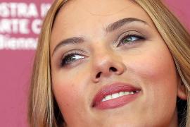 Scarlett Johansson triunfa en la alfombra roja de Venecia pero no en la pantalla