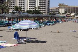 Detenidos por dejar a sus hijos encerrados en el coche para irse a la playa