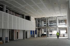Martí Sansaloni recibe explicaciones de cómo será el nuevo Hospital Can Misses en su primera visita