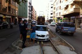 Un coche que entró en las vías, a punto de ser arrollado en Palma por el tren de Sóller