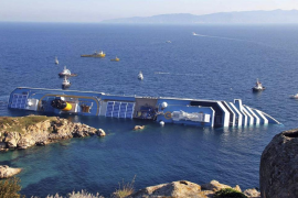 El Costa Concordia vuelve a enderezarse veinte meses después del naufragio