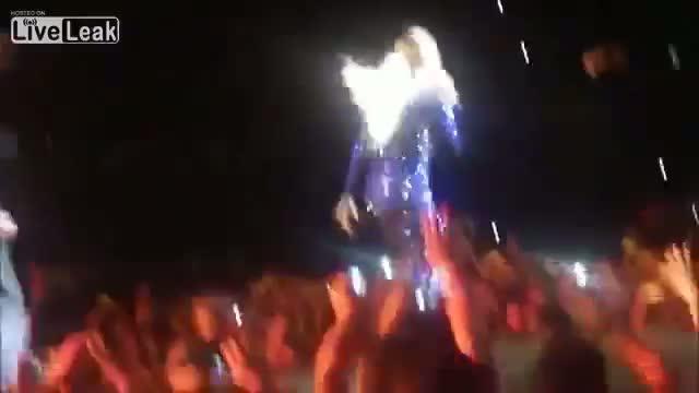 Un fan salta sobre Beyoncé en pleno concierto