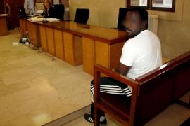 Condenado el perturbado que apuñaló por la espalda a un policía en la Plaça d'Espanya