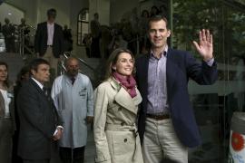 LOS PRÍNCIPES LLEGAN AL HOSPITAL CLÍNIC PARA VISITAR AL REY