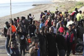 Unos 200 inmigrantes entran en España en asaltos masivos por Ceuta y Melilla