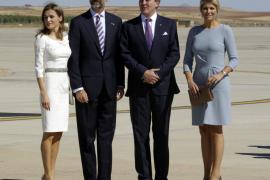 Los príncipes reciben a los reyes de Holanda a pie del avión, que pilotaba Guillermo