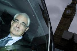Reino Unido aprueba una 'supertasa' fiscal para las primas a los banqueros