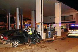 Alarma en La Soledat al estrellarse un coche de madrugada contra una gasolinera
