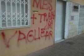Pintadas en la sede del STEI-i contra la huelga de profesores
