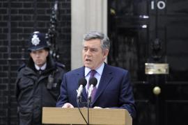 Gordon Brown dimite para facilitar un posible acuerdo con los liberales