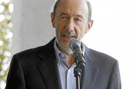 Rubalcaba «ruega» a Rajoy que frene el «cruel» copago en los fármacos