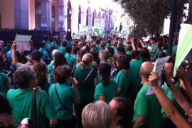 La marea verde protesta de nuevo ante el Parlament