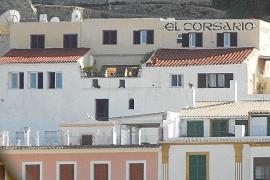 EIVISSA. HOTELES. Rotulo del hostal restaurante El Corsario de Dalt Vila.