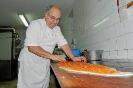 Can Segura 'enforna' sus últimos pasteles tras 80 años con el horno encendido