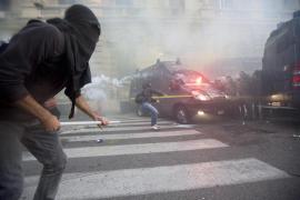 Manifestantes italianos se enfrentan a la policía durante unas protestas contra la austeridad