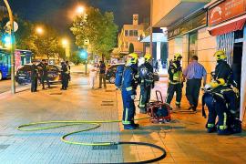 Alarma en la calle Aragón al prender  fuego la nevera de una pastelería