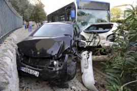Un bus de la EMT destroza cinco vehículos en Palma