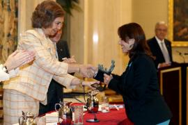 Una profesora de Inca homenajea ante la Reina a los docentes de Balears en huelga