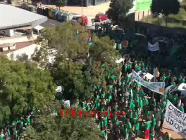 Un millar de personas se concentran ante la Conselleria d'Educacio