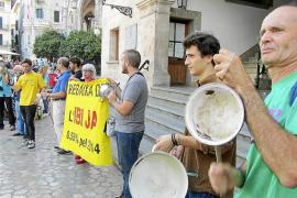 Los 'sollerics' se manifiestan ante el Ajuntament exigiendo que se rebaje el IBI