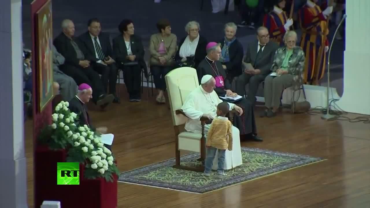 Un niño le roba el protagonismo al Papa Francisco