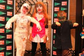 hermanos García Marín en el concurso de disfraces de Halloween