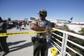 Un joven armado crea el caos en aeropuerto de Los Ángeles y mata a un guardia