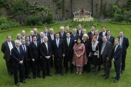 El nuevo Gobierno británico comienza su mandato bajándose el sueldo