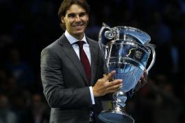 Nadal recibe el trofeo que le acredita como número uno del mundo en 2013