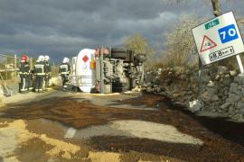 Vuelca un camión cargado de gasoil y obliga a cortar la carretera Pina-Sineu