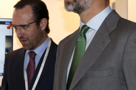 Los Príncipes de Asturias y Bauzá  prueban las  gafas de Google